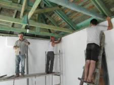 Vriezenveners bouwen noodhuizen: 'Door drank in problemen geraakte gezinnen krijgen zo weer een onderkomen'