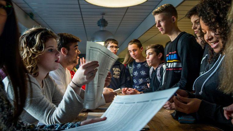 Leerlingen van de Katholieke Scholengemeenschap Hoofddorp vullen een stembiljet in. Tijdens een peiling onder duizend scholieren kwam de VVD als grote winnaar uit de bus. Beeld Jean-Pierre Jans