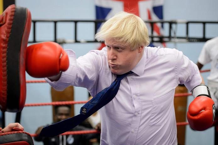Boris Johnson aan het boksen in 2014.