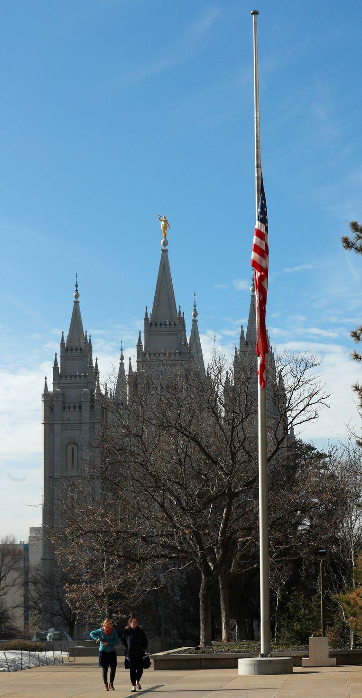 Een vlag hangt halfstok bij het hoofdkantoor van de Mormonen in Salt Lake City. Beeld REUTERS