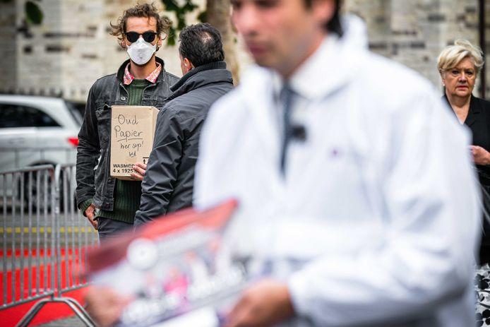 Jasper van den Elshout met zijn kartonnen doos, op de voorgrond vaag Thierry Baudet.