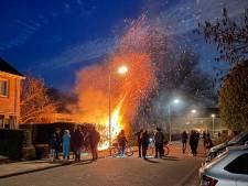 Relatief rustige koningsnacht op Urk: 'slechts' één scooter en een coniferenhaag in vlammen op