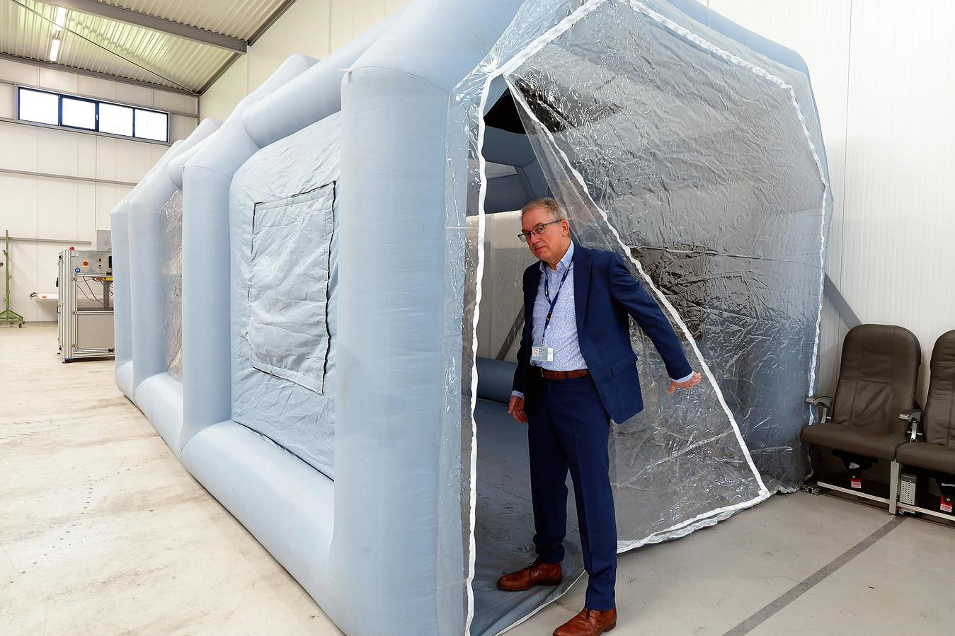 Martin Knegt van composietonderhoudscentrum DCMC op Aviolanda in Hoogerheide bij een cleanroom, waarin onder geconditioneerde omstandigheden kan worden gewerkt.