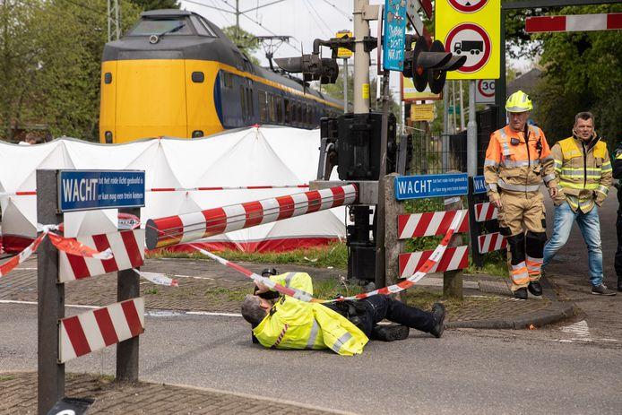 Agenten doen onderzoek op de plaats van het ongeval.