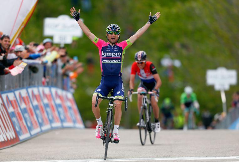 De Italiaan Diego Ulissi viert zijn zege in de eerste bergetappe van de Giro. Beeld getty