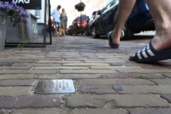 In de Graafse binnenstad liggen al langer struikelstenen, zoals hier in de Rogstraat.