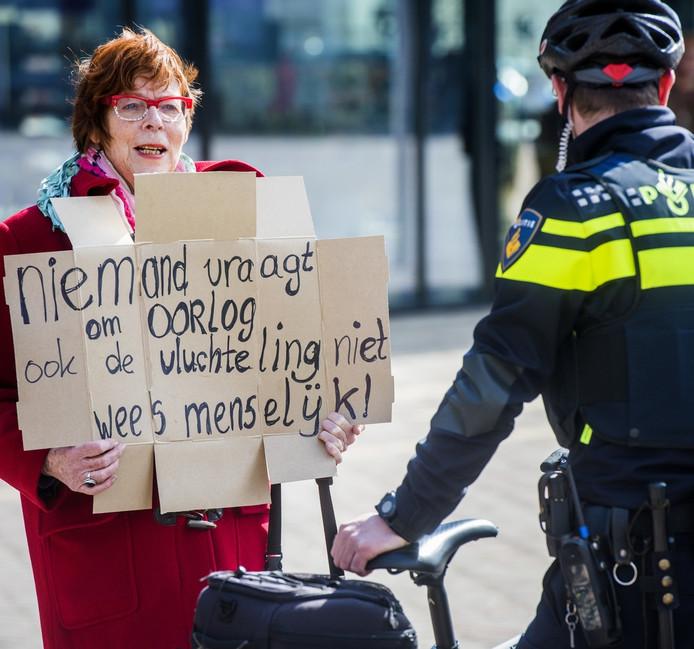 Tineke Scheeren (71) zorgde voor een tegengeluid bij de demonstratie tegen de vluchtelingenopvang op Droomgaard.