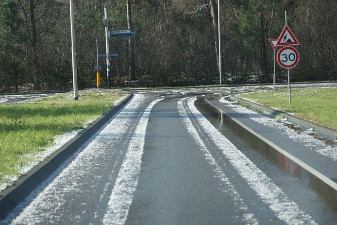 Het was zaterdagochtend spekglad op de weg.