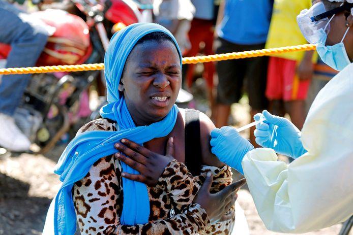 Een vrouw krijgt het ebolavaccin in Congo.
