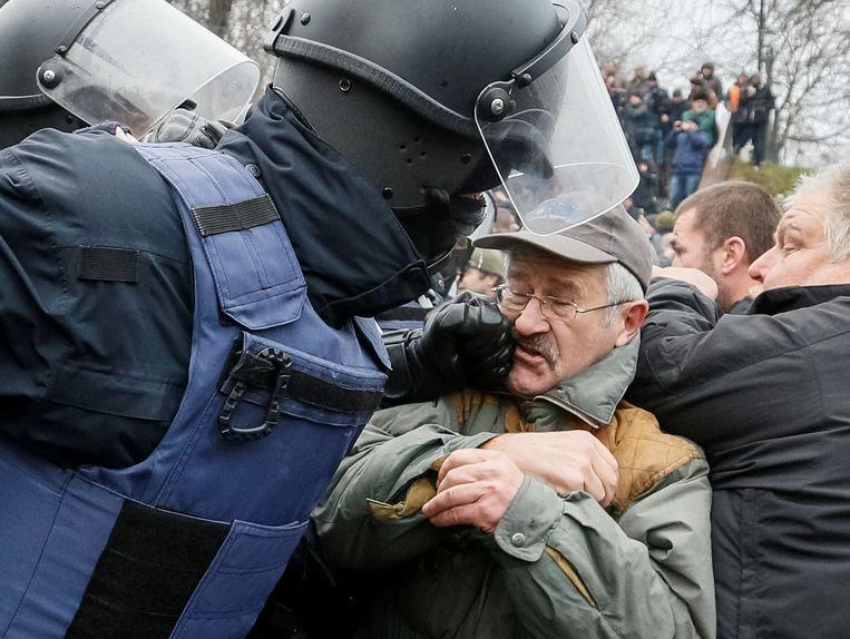 ► Voorstanders van Michaïl Saakasjvili clashen met politieagenten in de straten van Kiev. Beeld REUTERS