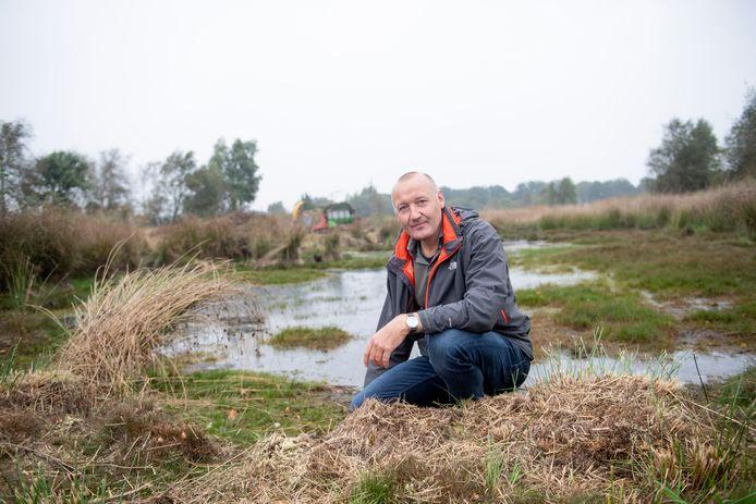 Niels Bronsgeest bij een laaggelegen stuk veengebied waarin een lekkage in de bodem wordt gedicht.