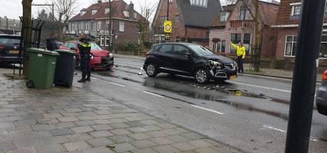 Aanrijding tussen drie auto's Hengelo, één persoon raakt gewond