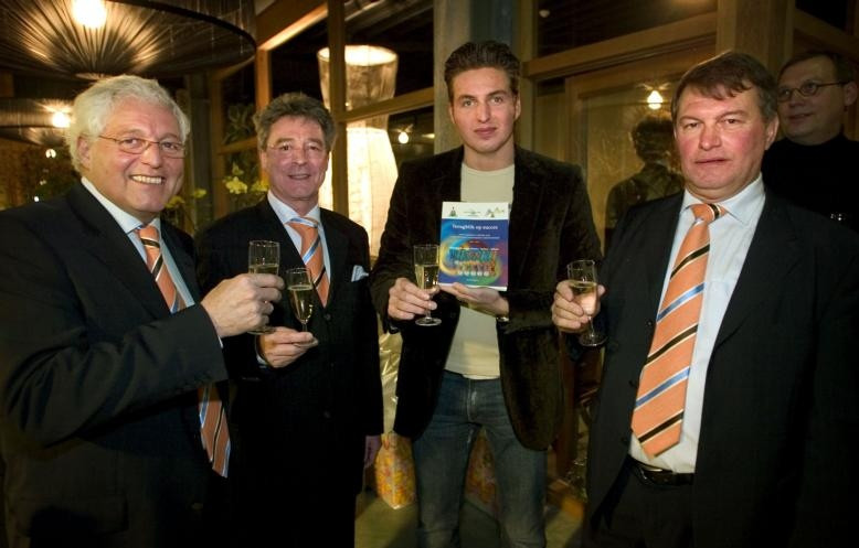 Enkele van de mensen die een hoofdrol speelden bij de bouw van het zwembad, en daarmee de komst van het EK zwemmen, naar Eindhoven. Cees-Rein van den Hoogenband, Pieter Knaapen, Pieter van den Hoogenband en Martin Heijnen (van links naar rechts) proosten in 2004 bij de oprichting van het Nationaal Zweminstituut Eindhoven. foto Freekje Groenemans ;Voormalig wethouder Han Scherf. ;Oud- staatssecretaris Margot Vliegenthart.