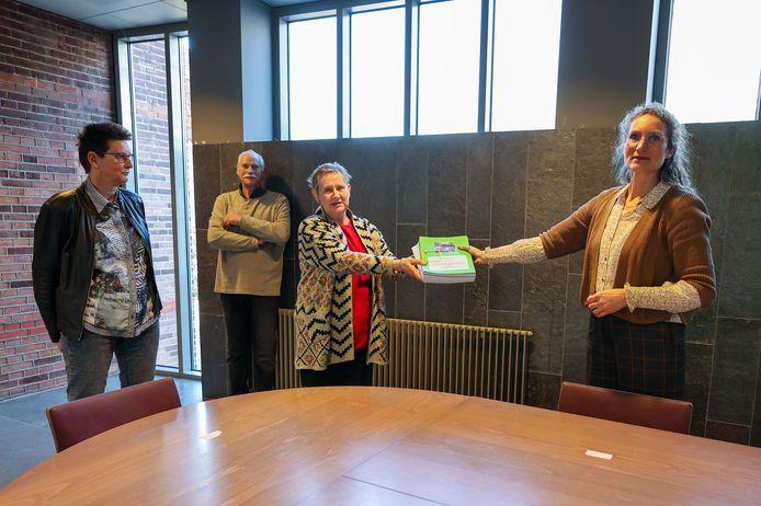 Anita Reekers,  Henk van Rees en Vera Heijmans bieden wethouder Esther Langens ruim 600 handtekeningen aan tegen de voorgenomen kap van vijf Canadapopulieren aan de Leeuwerikstraat in Oirschot.