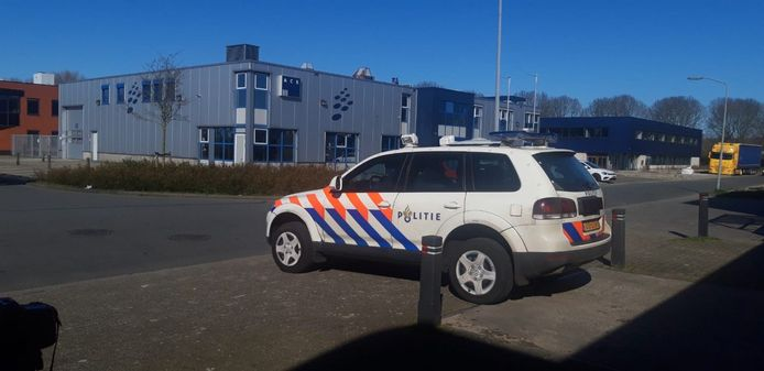De politie bewaakt het bedrijf in Zeewolde dat een coronamedicijn heeft.
