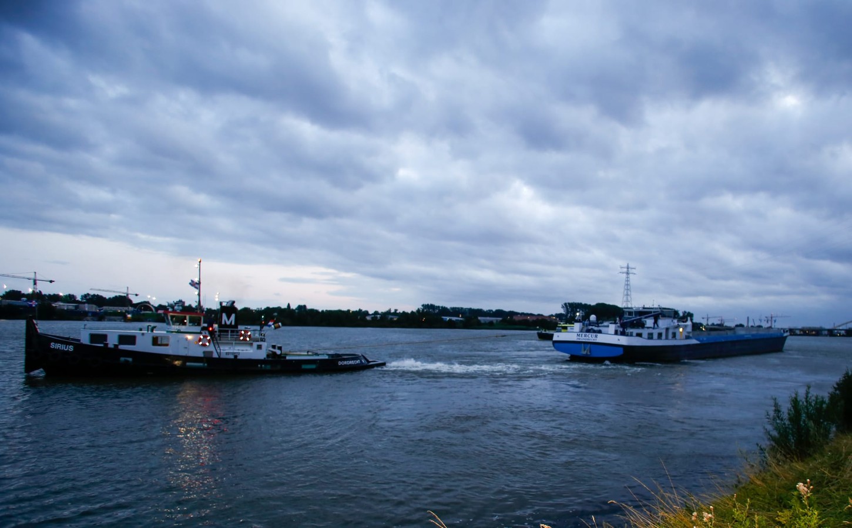 Op de Beneden Merwede bij Papendrecht is een binnenvaartschip gestrand.