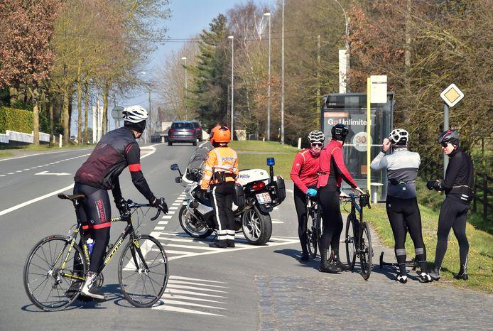 Een aantal wielertoeristen liep een lekke band door de brokjes glas op de kasseien van de Beerbosstraat in Bellegem.