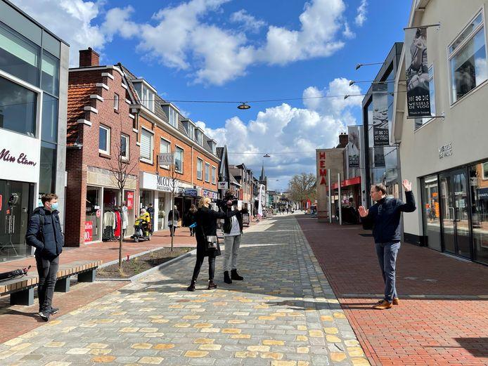 Stadsgids Joop Voortman vertelt in het vernieuwde centrum van Rijssen oude verhalen over dat centrum.