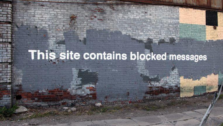Bijna even snel als het kunstwerk aangebracht werd, was het alweer verdwenen. Dit is wat ervan overblijft. Beeld Banksy