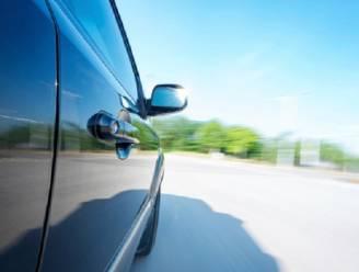 Vrouw belandt na ongeval onder eigen wagen