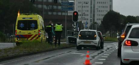 Auto's botsen tegen elkaar op Zuiderval in Enschede