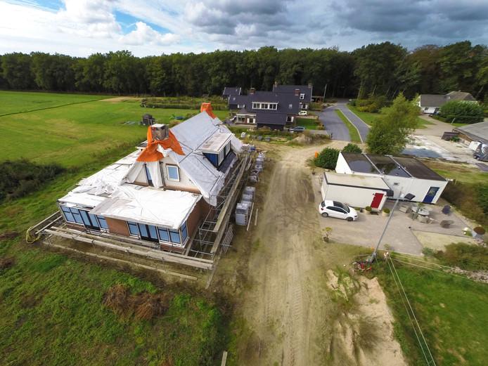Op de voorgrond het huis aan de Oudedijk dat van de gemeente Apeldoorn moet worden afgebroken. Daarachter de woningen waarvoor ook een handhavingsverzoek is gedaan.