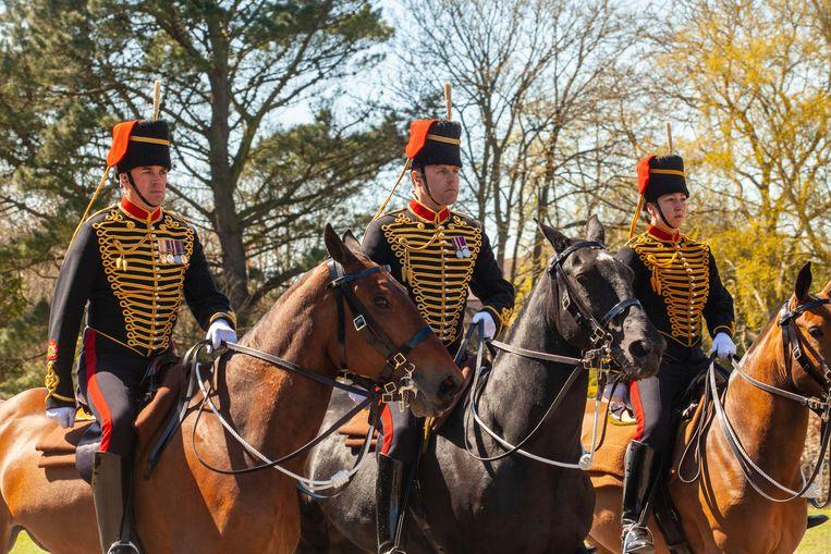 The King's Troop Royal Horse Artillery arriveert in Windsor Castle ter voorbereiding van de Gun Salute op het paleisterrein. Beeld AP