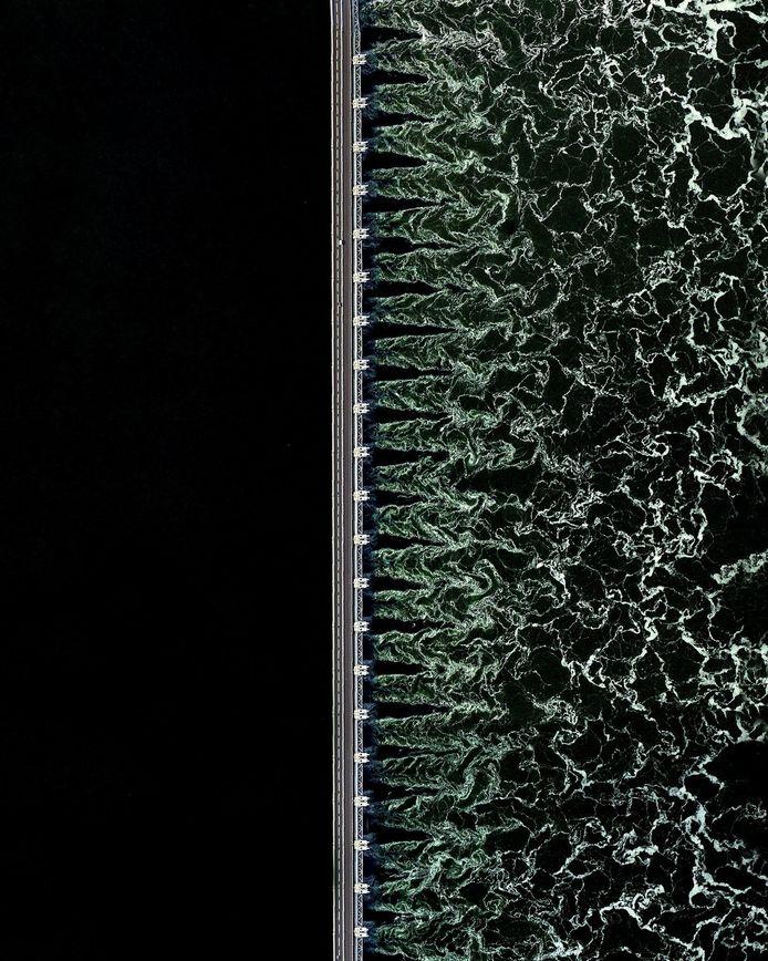 De Oosterscheldekering zoals hij te zien is in het boek Overview van fotograaf Benjamin Grant