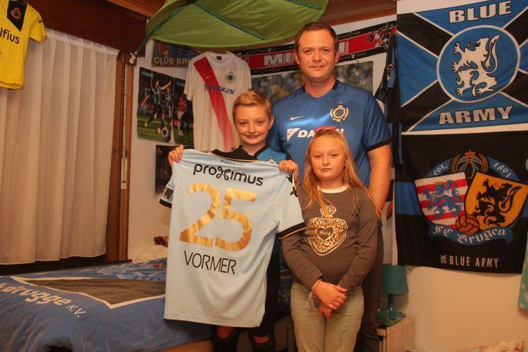Papa David mag het shirt van Ruud Vormer een ereplekje geven op de kamer van Milan De Cooman (11) en Nica De Cooman (9).