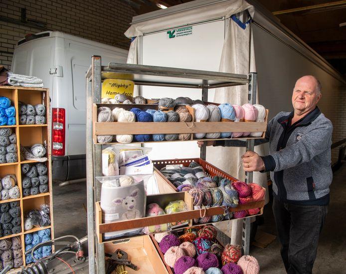 Anton in 't Veld staat normaal gesproken elke woensdagochtend met zijn kraam breiwol, garen en andere materialen op de Domineeskamp in Raalte. Zijn kraam staat nu al drie maanden stof te vangen in zijn schuur.