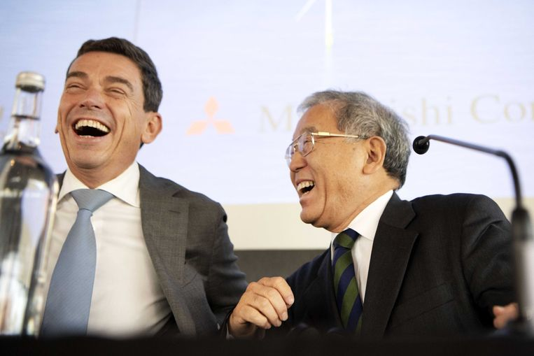 Eneco CEO Ruud Sondag en Hiroshi Sakuma, adviseur van de Mitsubishi CEO, tijdens de persconferentie waarin duidelijk werd gemaakt dat ENECO wordt overgenomen door Mitsubishi Corporation en Chubu.  Beeld EPA