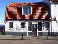 Meerdere panden in Bunschoten beklad met graffiti, ook terras van café vernield: 'Daders staan op beeld'