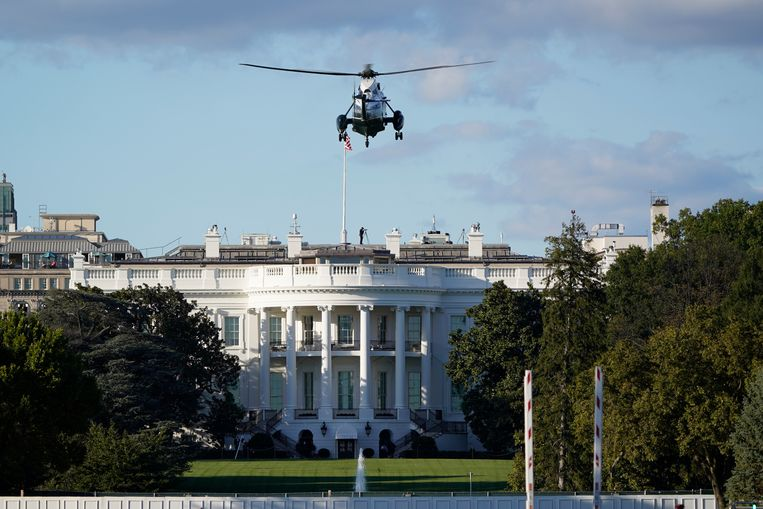 President Trump wordt per helikopter naar het militair ziekenhuis Walter Reed gebracht. Beeld AP