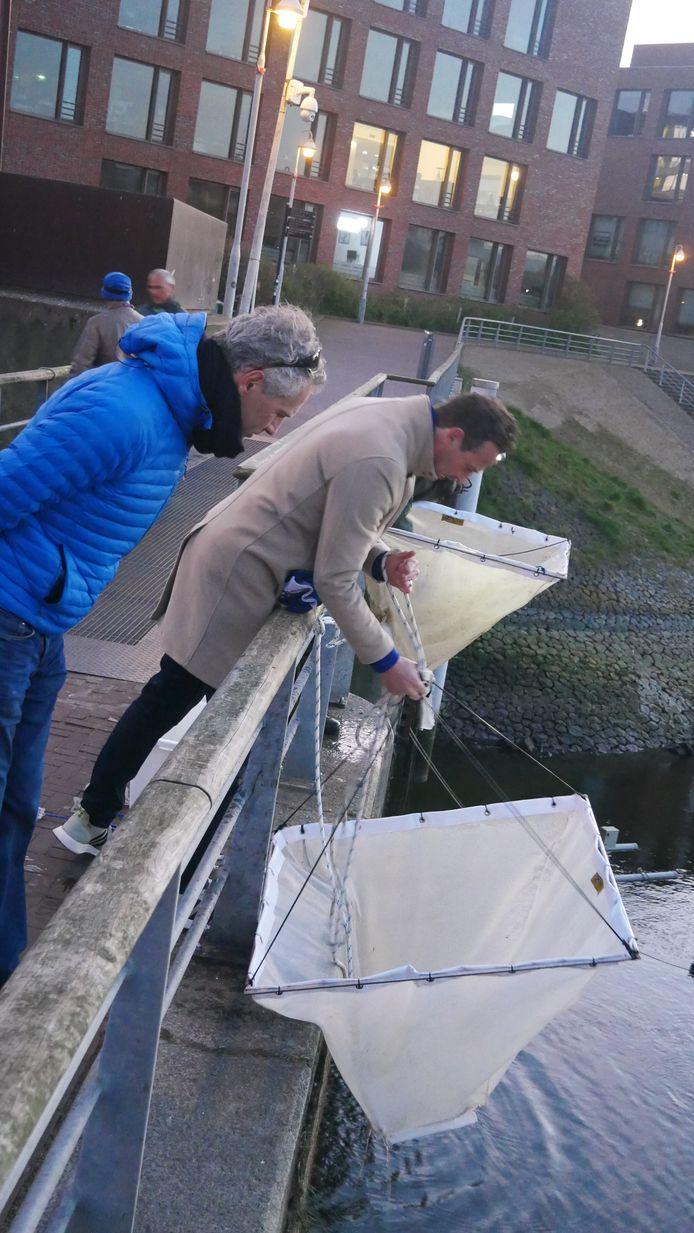 Hoogheemraad Marcel Belt bij het onderzoek naar glasaaltjes.
