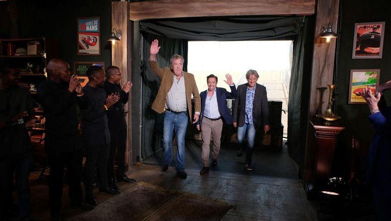 Jeremy Clarkson, Richard Hammond en James May zijn in Zuid-Afrika bezig met de live-opnames voor hun nieuwe programma 'The Grand Tour'. Beeld Amazon