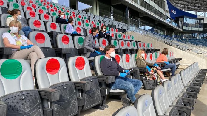 Met gekleurde bollen werd vorige zomer al duidelijk aangegeven waar mensen wel en niet mochten plaatsnemen in de Ghelamco Arena.