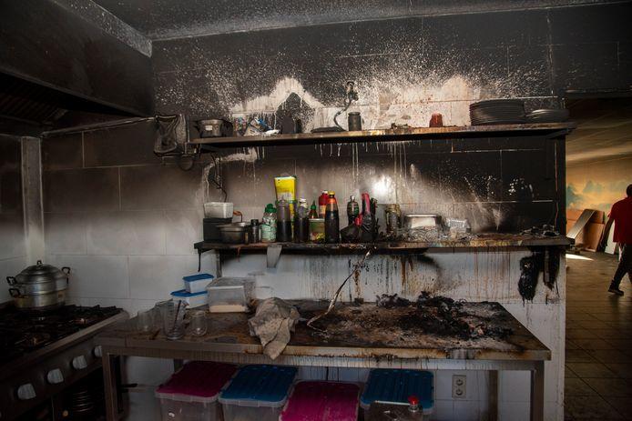 De keuken raakte zwaar beschadigd door rook.