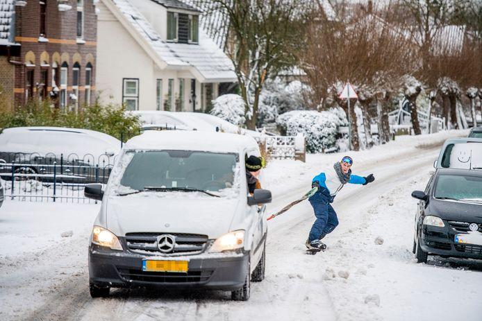 Broers Ben en Dick konden vanwege de coronapandemie niet op wintersport. Dankzij de sneeuwval kon het snowboard toch nog uit het vet. Hier zijn ze in actie in Nieuwerkerk aan den IJssel.
