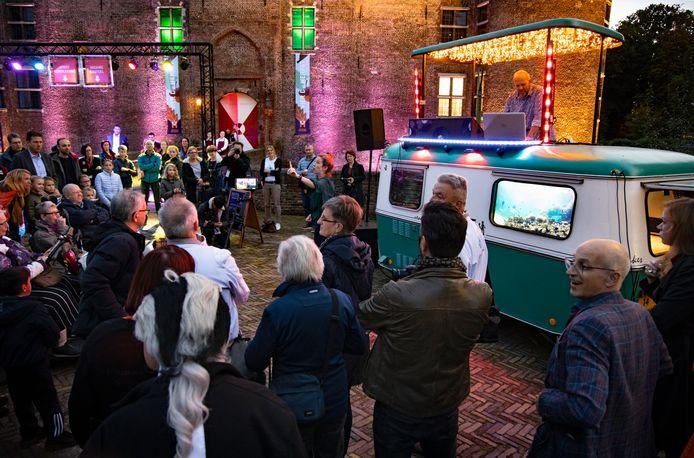Op het plein voor het Kasteel in Helmond is zaterdagavond de Nacht van Cultuur geopend.