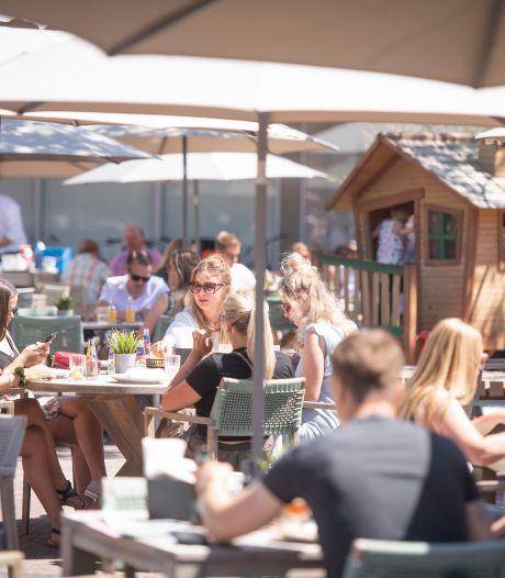 Handdoekenrace op terras in Almelo: Nielz gaat woensdag om 6 uur open met spotgoedkope ontbijtjes