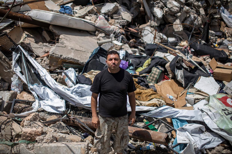 Ahmed al Hajj bij de puinhopen in de wijk Karantina, waar hij woonde tijdens de ramp op 4 augustus. Hij keert nog elke dag terug naar de ruïne van zijn oude huis. Beeld RV