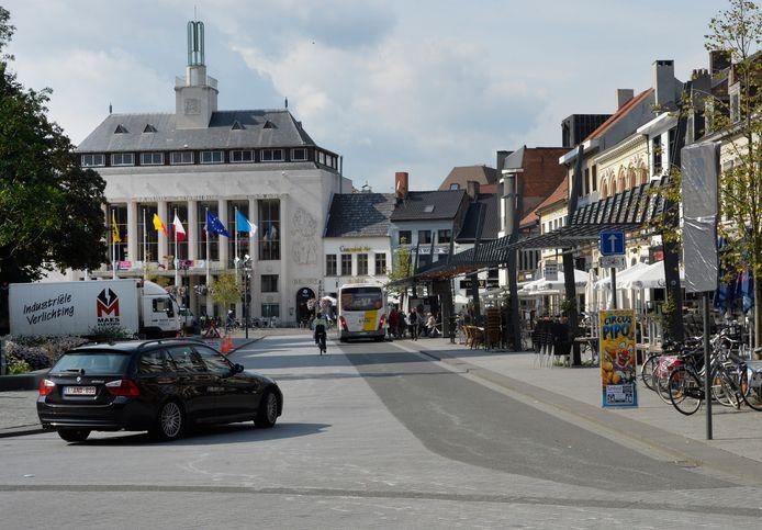 Ook op de noordkant van de Grote Markt kunnen terrasjes komen. Lijnbussen volgen vanaf juni een omleiding