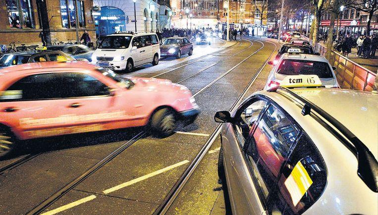 De taxichauffeurs op het plein houden elkaar aan de regels; ritten onder de 25 euro kun je vergeten, intimiderend groepsgedrag hoort erbij. Foto Klaas Fopma Beeld