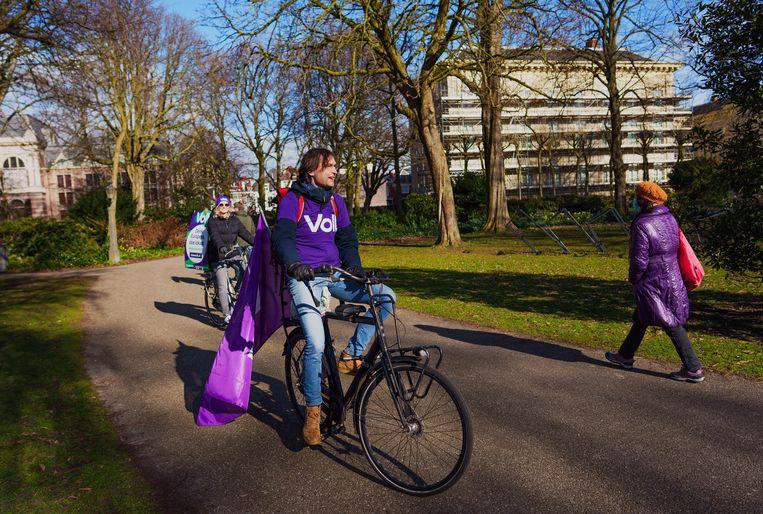 Campagnevoerders voor Volt in de Paleistuin in Den Haag. Beeld Freek van den Bergh / de Volkskrant