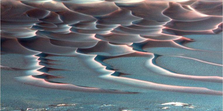 Dit is geen golvende zee. Deze foto toont duinen op de bodem van de zogeheten Endurance-krater. Beeld Nasa