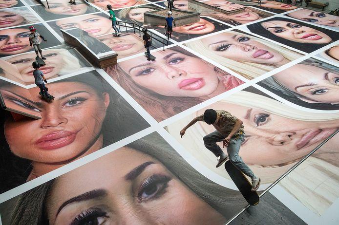 De hal van Pier 15 is volgeplakt met foto's onder de titel: 'destroy my face'.