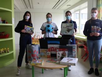 Joetz schenkt speelkoffer aan kinderafdeling Sint-Andriesziekenhuis