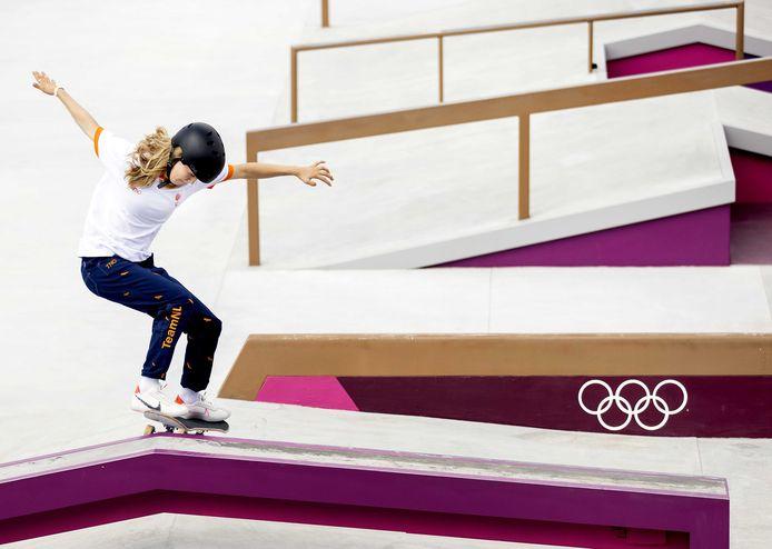 Keet Oldenbeuving in actie tijdens de voorronde van het skateboarden street in het Arike Urban Sports Park op de Olympische Spelen van Tokio.