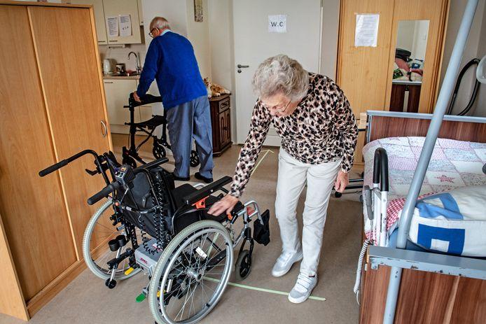 Nu de rolstoel al maanden kapot is, moet de Groesbeekse Herman Sillessen zijn rollator gebruiken. Daarmee kan hij alleen heel kleine afstanden afleggen.