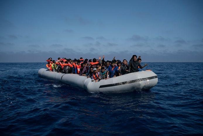 Bootvluchtelingen willen de Middellandse Zee oversteken.